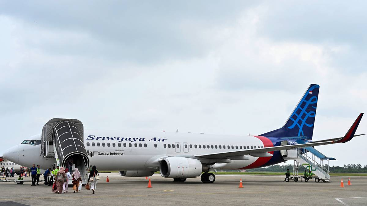 Avión de pasajeros pierde contacto en Indonesia después de despegar en Yakarta
