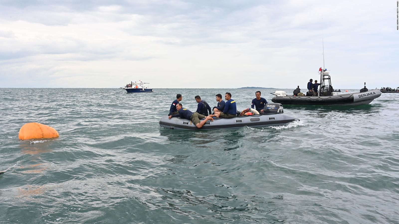 Recuperan caja negra de avión accidentado en Indonesia