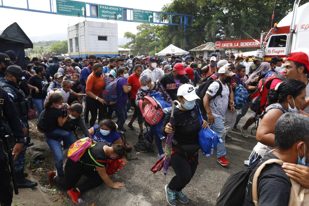 Policía advierte infiltración de traficantes de personas en caravanas migrantes