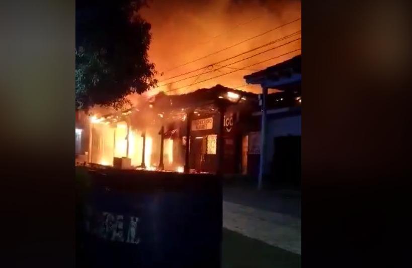 ¡Incendio de grandes proporciones! consume ocho locales en el mercado de Orocuina, Choluteca.