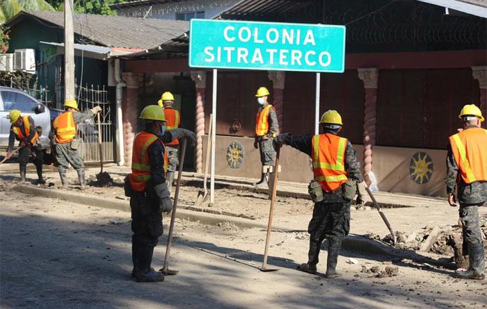 Presidente Hernández supervisa labores de limpieza en la colonia Sitraterco de La Lima, Cortés