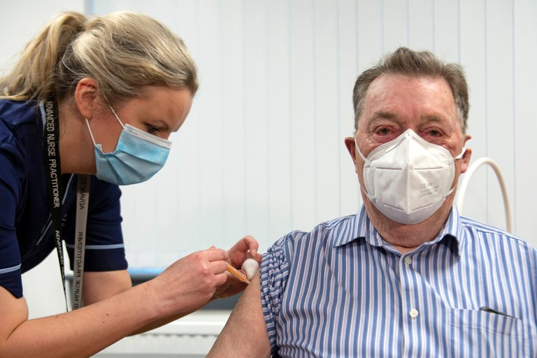 Reino Unido confía poder vacunar a 13 millones de personas para mediados de febrero