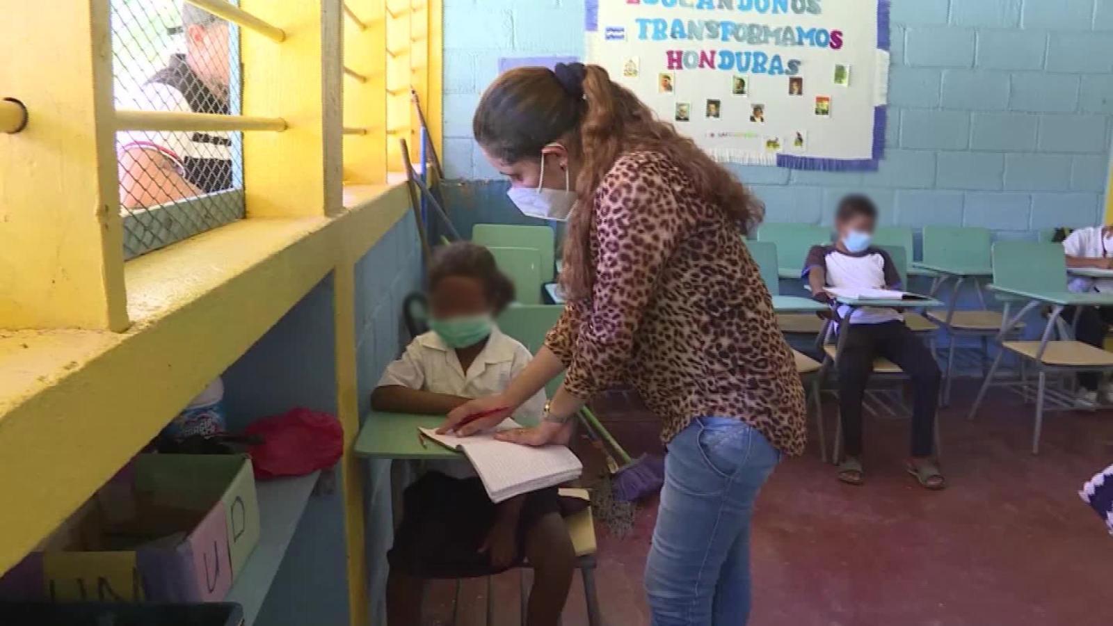 Gobierno anuncia que maestros serán parte del primer grupo que recibirá la vacuna contra la Covid-19