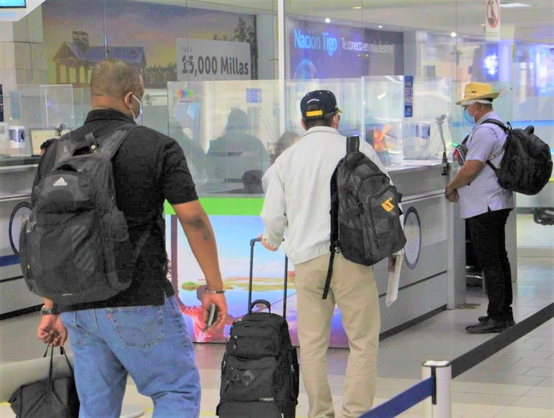 Continúan restricciones para viajeros provenientes del Reino Unido y Sudáfrica