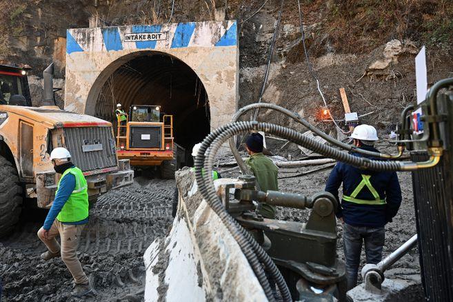 Dramática lucha para salvar a 34 personas bloqueadas en un túnel en India