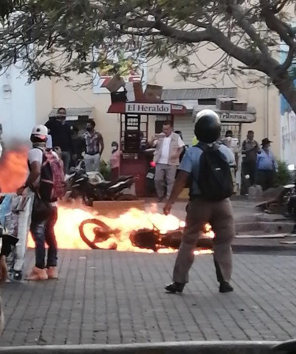 Medidas sustitutivas  para cinco jóvenes  por supuesta participación en incendio de motocicleta y atentado en contra de agentes policiales