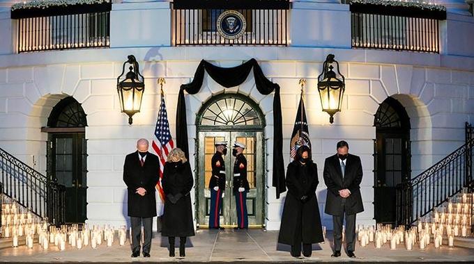 El presidente, Joe Biden, encabezó una vigilia en memoria de los 500 mil fallecidos por #COVID19 en EEUU