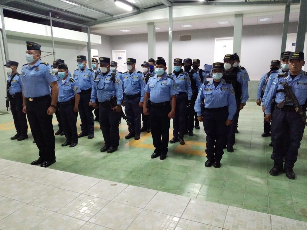Unos 40 miembros de la carrera policial son transferidos de La Paz hacia Intibucá
