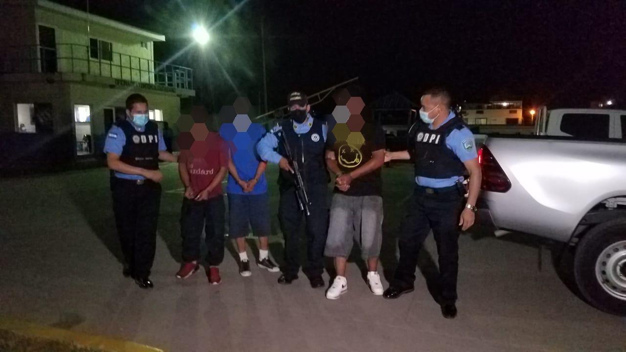Por robo de motocicletas y vehículos detienen a tres supuestos integrantes de «Los de la Ramón Amaya» en la capital