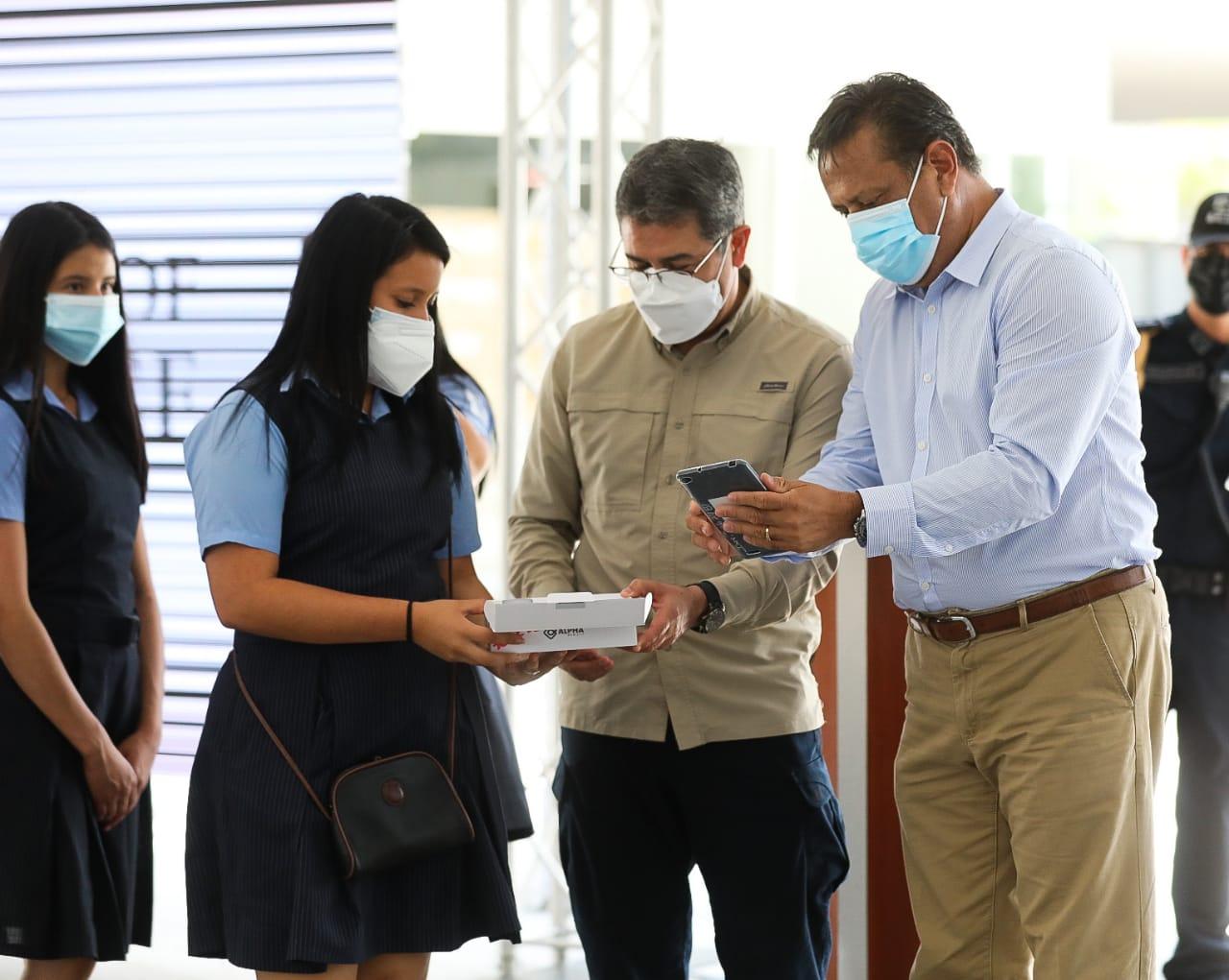 Presidente Hernández entrega 200,000 tablets a estudiantes del sistema público