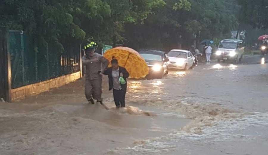 Lluvias por frente frío provocan inundaciones en las calles de Roatan y La Ceiba