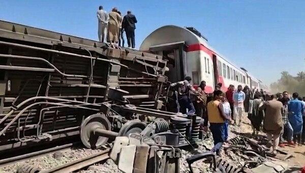 Al menos 32 muertos y 66 heridos en el choque de dos trenes en el sur de Egipto.