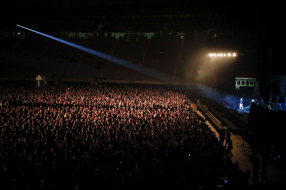 España celebró su primer concierto masivo en pandemia: 5 mil personas sin distancia social