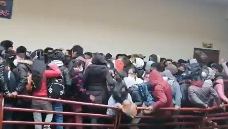 Bolivia: Al menos cinco estudiantes fallecen al caer de un quinto piso