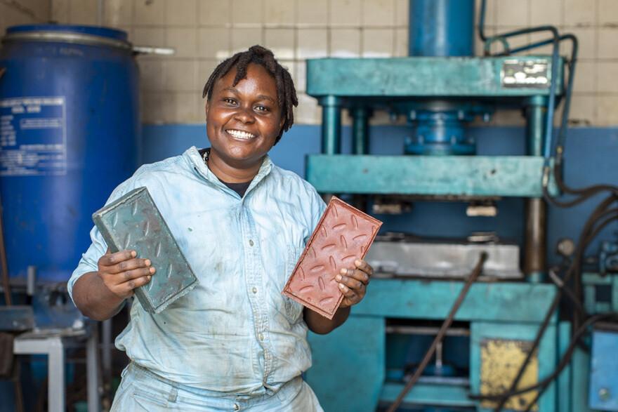Nzambi Matee convierte el plástico en ladrillos más fuertes que el concreto