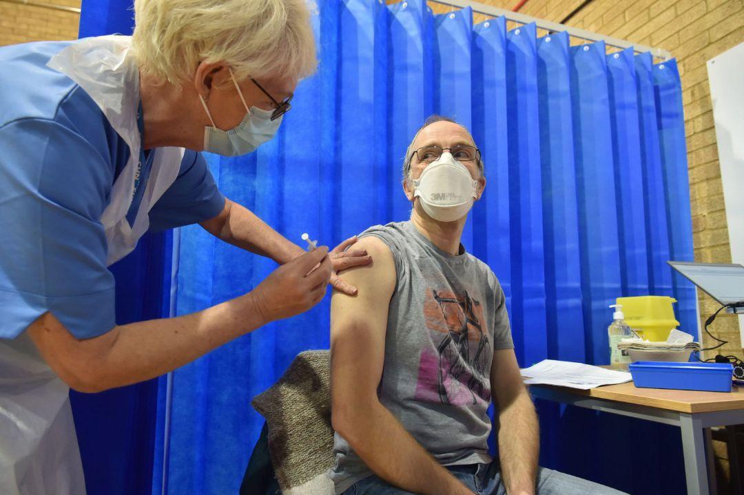 Reino Unido reporta 7 muertos por coágulos tras vacuna con AstraZeneca