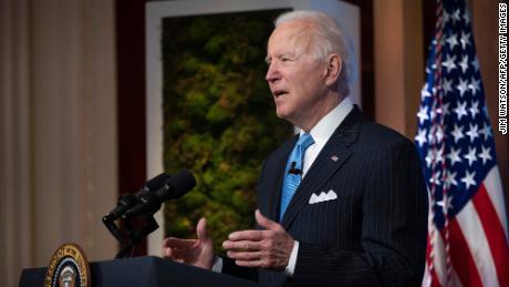Biden prevé anunciar un aumento del salario mínimo a 15 dólares la hora a contratistas federales