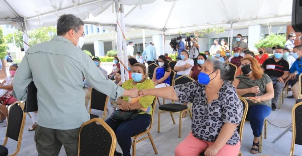 Presidente Hernández entrega ayuda financiera a locatarios del mercado 5ta Avenida de Comayagüela