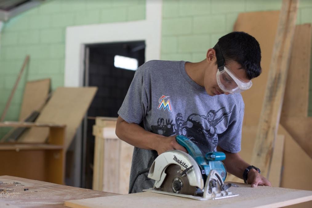Ante el rechazo y discriminación jóvenes con enfermedad terminal crean taller de carpintería