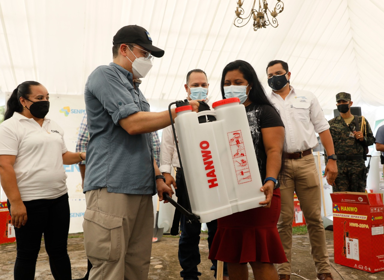 Reactivación Agrícola:  Campesinas de Choluteca reciben herramientas para trabajar sus tierras