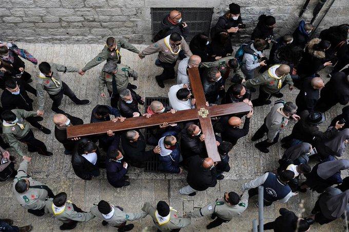 Un viacrucis concurrido conmueve a una Jerusalén apagada por la pandemia