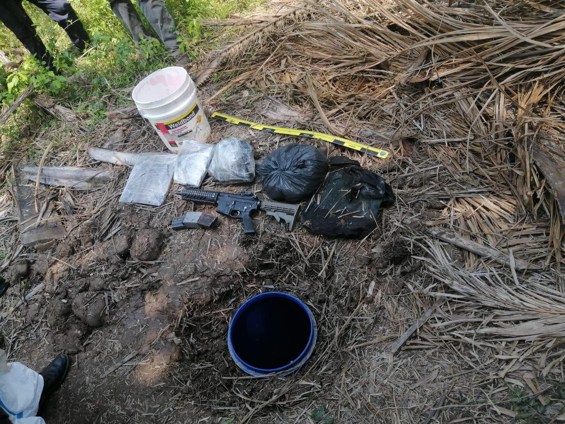 """Arma de fuego, munición y droga, decomisan agentes de la Policía Nacional tras el hallazgo de una """"caleta"""" en Tela"""