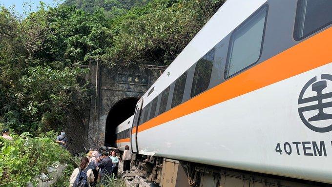 Descarrilamiento de un tren en Taiwán deja al menos 48 muertos y decenas