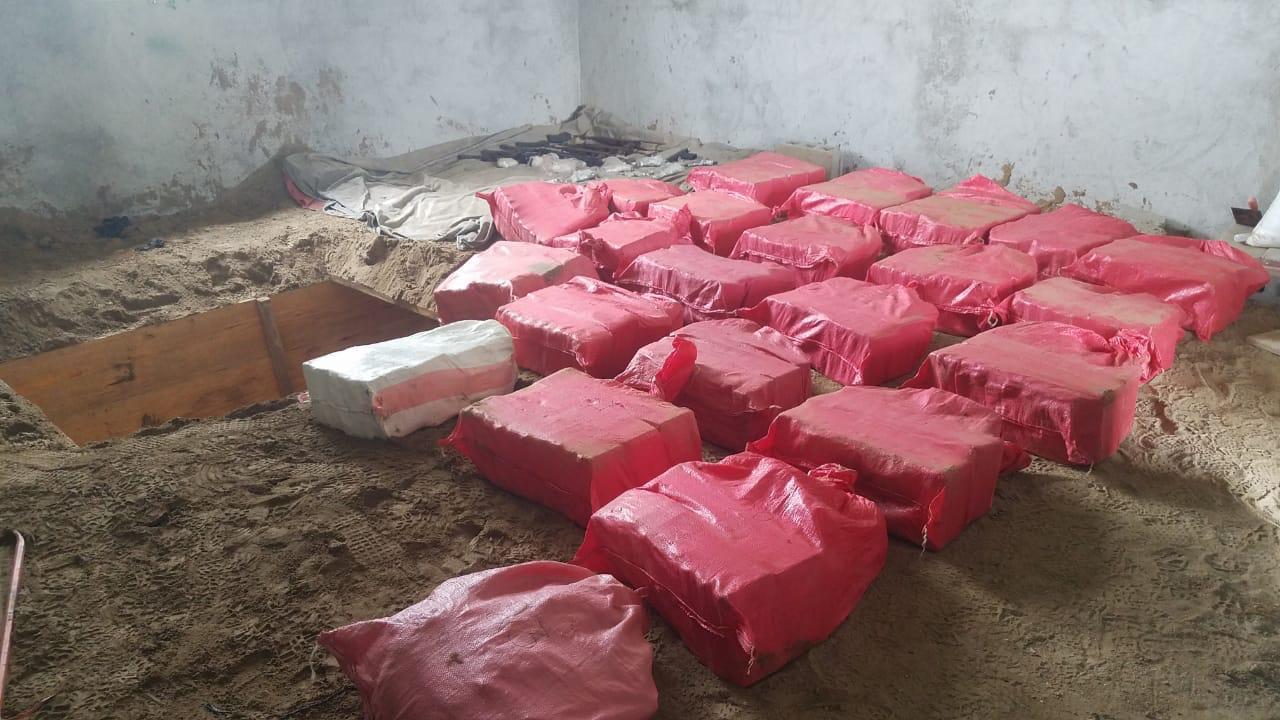 Unos 23 fardos de supuesta cocaína, armas y dinero son decomisados en Colón