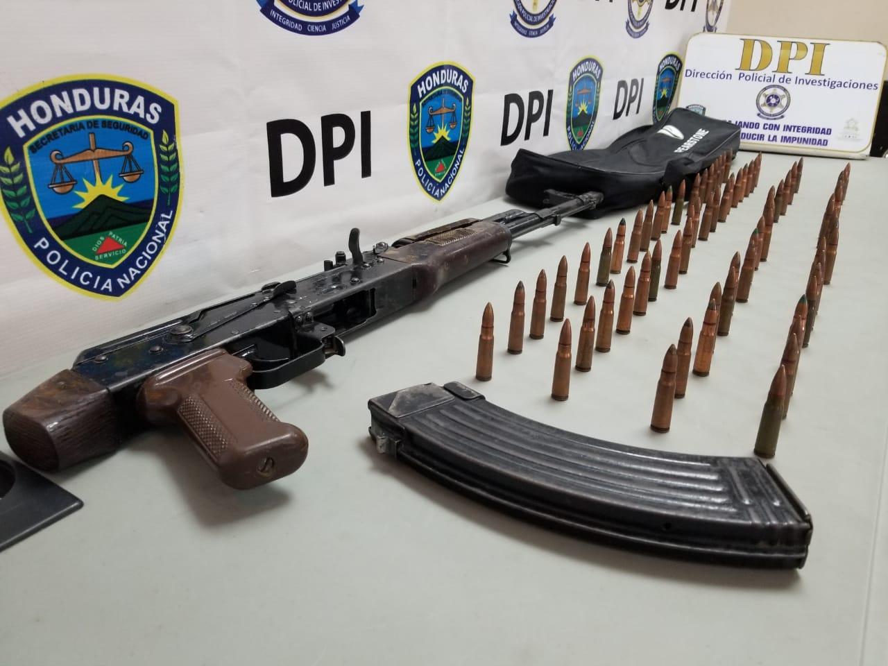 Con AK-47 detienen en Amarateca a 2 miembros de un grupo dedicado a la apropiación de tierras