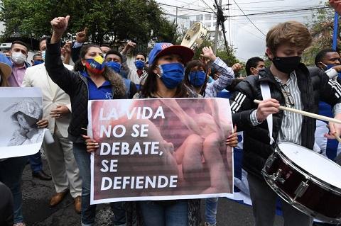 La Corte Constitucional de Ecuador falla a favor de despenalizar el aborto en caso de violación.