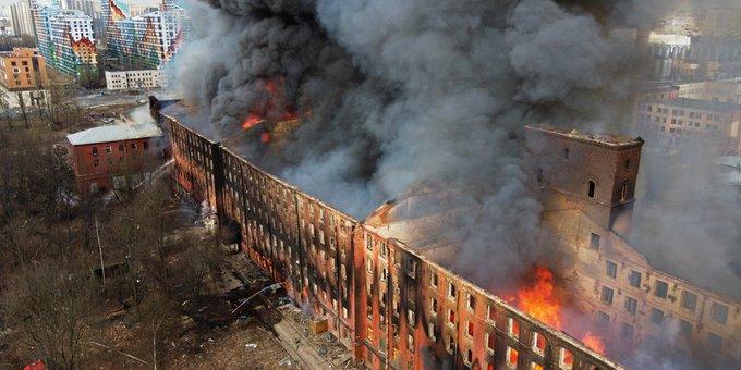 Un  bombero muerto y varios heridos al tratar de sofocar  gigantesco incendio en fabrica  en San Petersburgo