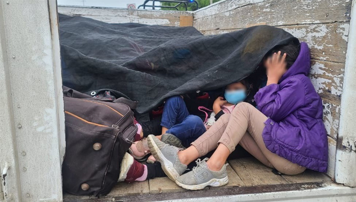 Rescatan en México a 57 migrantes hondureños hacinados dentro de un tráiler