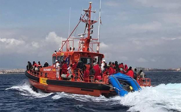 Hallan 17 migrantes muertos en embarcación frente a costas de Canarias