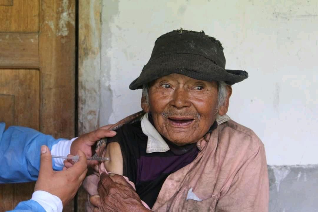 Anciano de 121 años vacunado contra Covid-19 en Perú