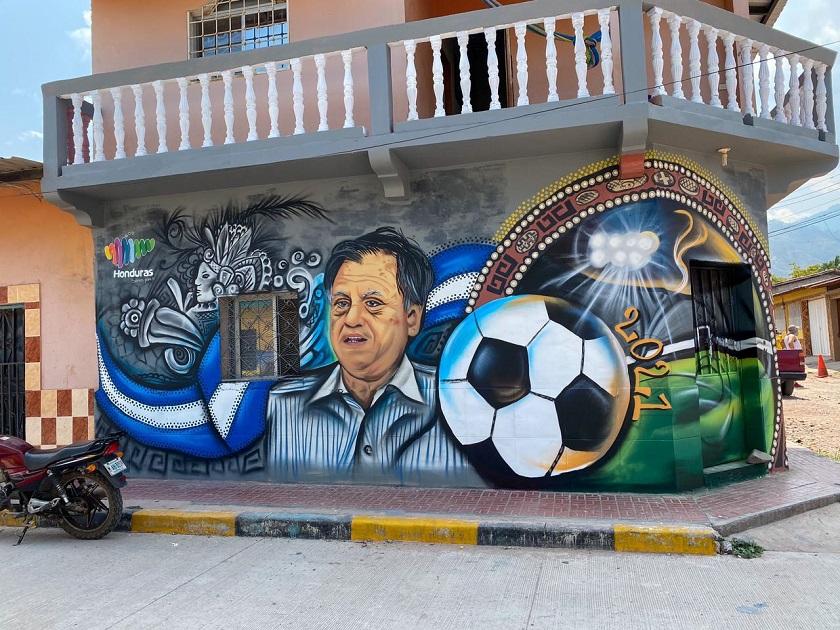 """""""Gracias, profe"""", el emotivo mural con el que Marca Honduras, los artistas y el pueblo rinden tributo a Chelato Uclés"""