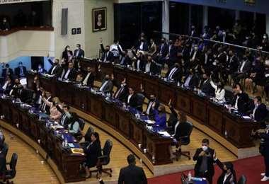 Congreso de El Salvador, afín a Bukele, destituye a grupo de jueces de Corte Suprema
