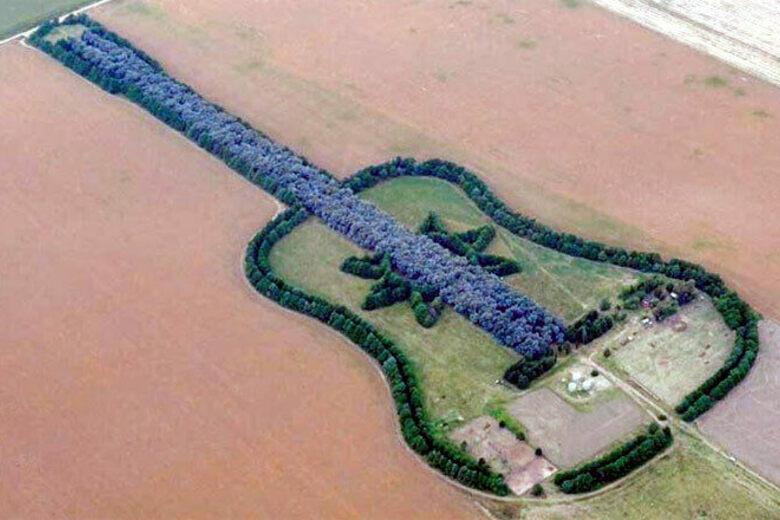 Pedro Ureta inmortalizó a su esposa con una guitarra gigante