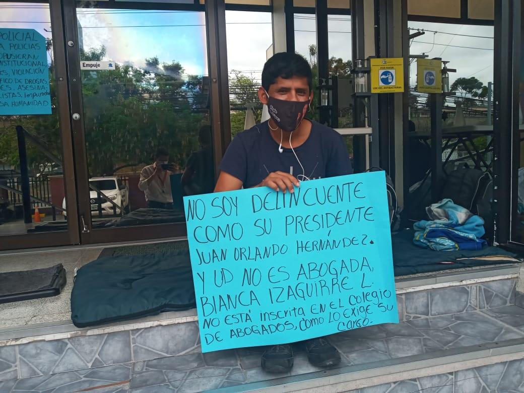 Policía depurado se declara en   huelga de hambre frente a CONADEH, exige el respeto a sus derechos